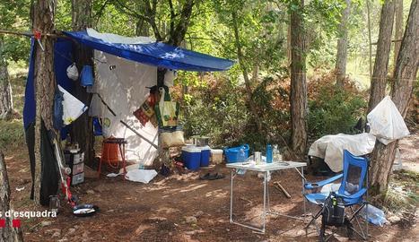 També hi havia un campament equipat amb un fogó de gas, estris de cuina i altres objectes on els cuidadors de la plantació podien menjar.