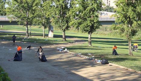 Unes 2.000 persones, segons la Urbana, van participar en el macrobotelló a la canalització del riu Segre.