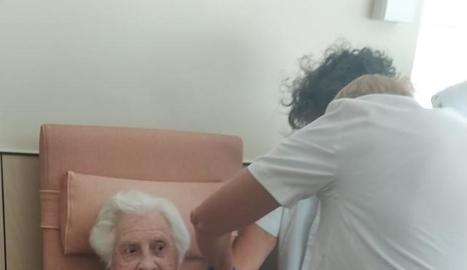 Imatge de dos usuàries de la residència Sant Antòni de Vielha que ahir van rebre la tercera dosi.