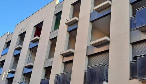 Coloms als balcons d'un edifici abandonat al carrer Sant Martí.