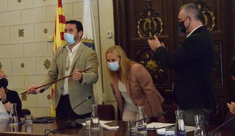 Viaplana recull la vara d'alcalde - Francesc Viaplana va recollir ahir la vara d'alcalde de mans del seu predecessor, Jordi Fàbrega, que serà vicealcalde de la capital de l'Alt Urgell fins a final del mandat el 2023 en virtut de l'acord e ...