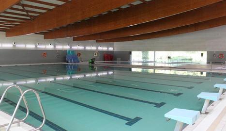 Els dos vasos de la piscina coberta ja s'han omplert d'aigua.