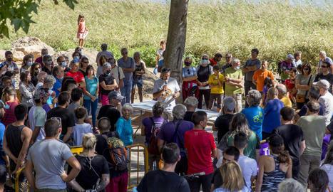 La lectura del manifest per part dels convocants, veïns, ecologistes i escaladors en contra de les obres de la Diputació.