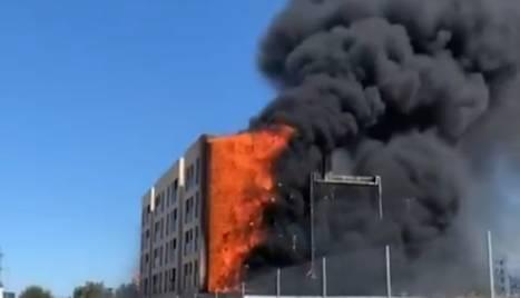 Les flames van calcinar l'aïllant de la façana exterior i van generar una gran columna de fum.
