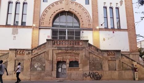 La pintada és en una de les escales per accedir a l'edifici.