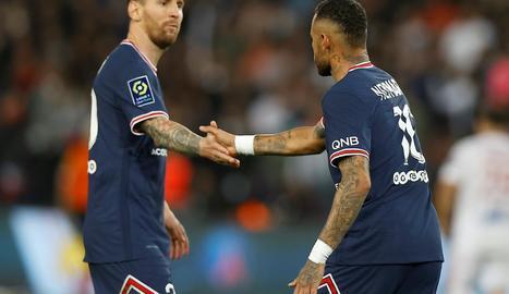 Messi i Neymar se saluden abans de començar el partit.