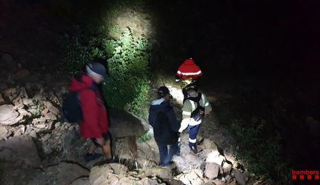 Els bombers van acompanyar els dos excursionistes fins el seu vehicle.