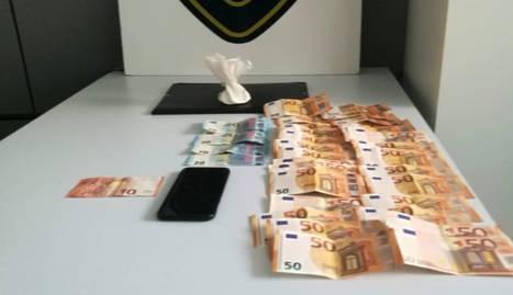 La cocaïna i els bitllets localitzats per la Guàrdia Urbana de Lleida a l'interior d'un vehicle.