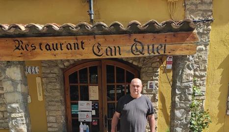 Josep Maria Camarasa a l'entrada del seu restaurant.