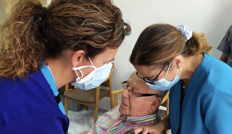 Un usuari de la residència Sant Antoni de Tàrrega rep la tercera dosi de la vacuna.