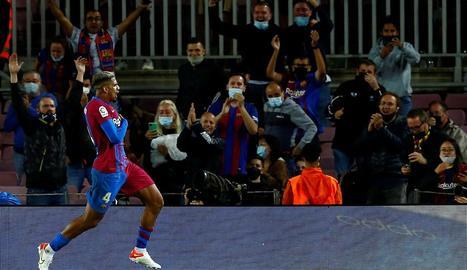 Araujo celebra el gol amb què l'equip blaugrana rescatava un punt.