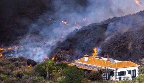 Una casa se salva in extremis de ser destrossada per la lava del volcà de La Palma.