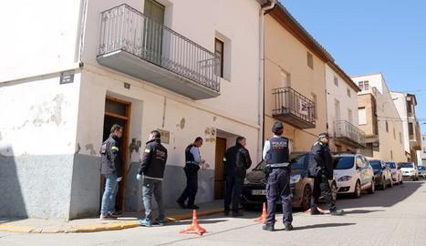 Els Mossos i policia local, davant de la casa d'Alcarràs on van detenir els acusats de tràfic de drogues.