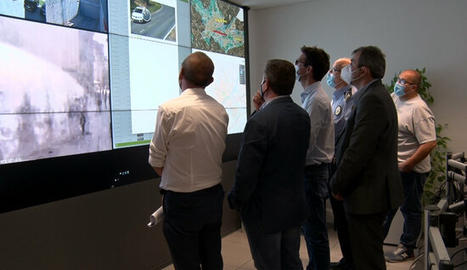 L'alcalde de Lleida, Miquel Pueyo, i altres responsables municipals, observant el funcionament del circuït de càmeres de l'Horta a la caserna de la Guàrdia Urbana.