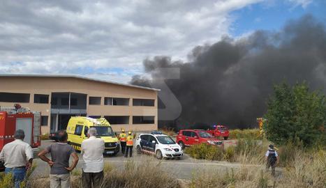 Espectacular columna de fum per un incendi en una nau a Torrefarrera