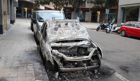 L'incendi en contenidors al carrer Riu Ter va acabar calcinant un vehicle.