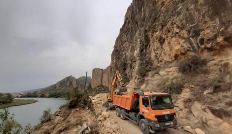 Maquinària pesant treballant a la carretera LV-9047 entre Sant Llorenç de Montgai i Camarasa on hi ha hagut caigudes de roques a causa d'uns treballs de sanejament.