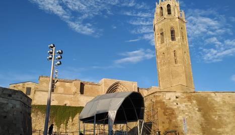 Muntatge ahir de l'escenari per als concerts a la Seu Vella.