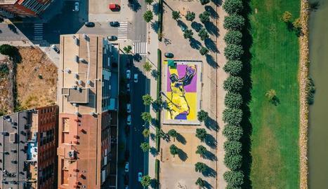 Vista zenital de la pista remodelada amb el mural dedicat a Kobe Bryant a Balaguer.