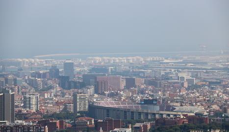 Boira per contaminació a Barcelona en una imatge d'arxiu.