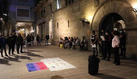 Imatge de la concentració amb motiu del Dia Mundial de la Bisexualitat, ahir a la plaça Paeria.