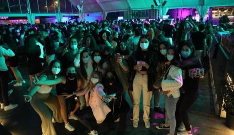 Joves que van assistir ahir a la nit a la sessió musical amb DJ a la discoteca Biloba.