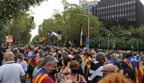 La manifestació convocada per l'ANC per rebutjar la detenció de Carles Puigdemont a Itàlia i que talla la Diagonal des de primera hora del matí.