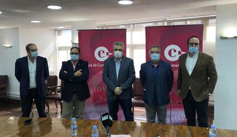 Dirigents de la Cambra de Comerç de Lleida, ahir, a la seu d'aquest organisme.
