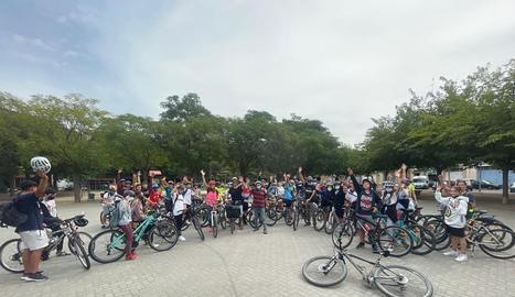 Alumnes de cinc centres escolars es desplacen en bici