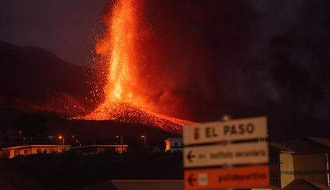 El volcà de Cumbre Vieja es troba en una fase explosiva extrema i s'ha obert una nova boca d'erupció.