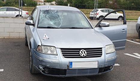 Imatge de l'estat en el qual va quedar el turisme que dimecres va atropellar un ciclista a Albatàrrec.