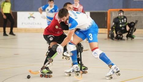 Bruno Di Benedetto pugna amb l'exllistat César Candanedo durant el partit d'ahir.