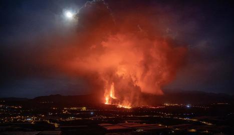 El volcà va entrar divendres en una fase explosiva, que ha generat la ruptura parcial del con volcànic i més expulsions.