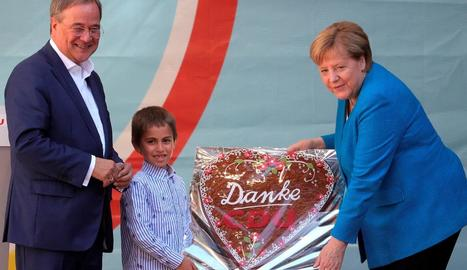 Merkel rep un pastís d'agraïment en un acte de campanya de Laschet ahir a Aquisgrà.