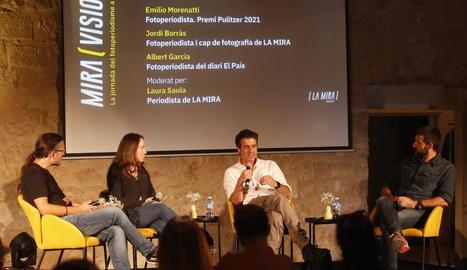 El fotoperiodista Emilio Morenatti, premi Pulitzer 2021, al centre, ahir al Miravisions de Juneda.