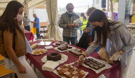 Les autoritats van visitar l'exposició d'eines antigues del camp del veí Ramon Teixidó.