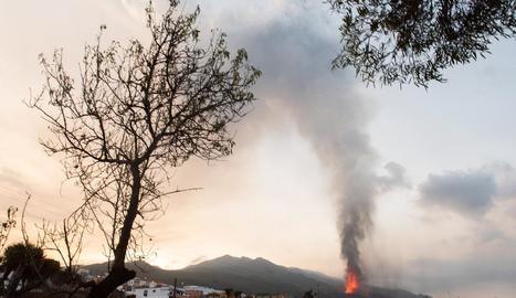 Vista del volcà de La Palma des del municipi de Los Llanos de Aridane, ahir.