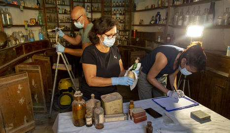Els tècnics van començar ahir a desmuntar i inventariar el material de l'antiga farmàcia.