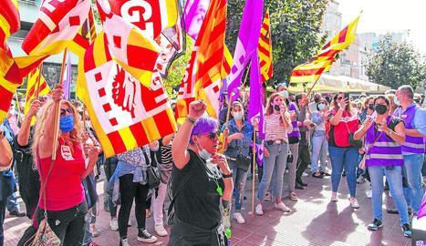 Participants en la protesta d'ahir davant la seu de la Fecom.