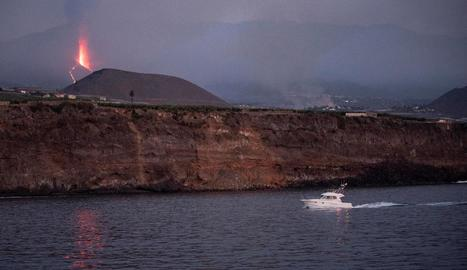 El volcà va tornar ahir a emetre lava i cendra i la cuada es troba ja a un quilòmetre de l'oceà.