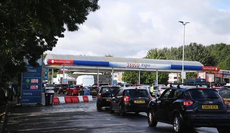 Aglomeracions de cotxes en una gasolinera del Regne Unit, ahir.