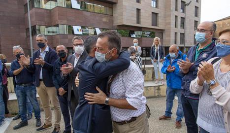 L'exalcalde d'Alcarràs Miquel Serra va ser acompanyat per unes setanta persones als jutjats.