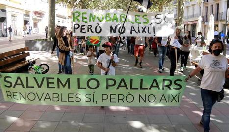 Els manifestants van recórrer Tremp i van recollir firmes.