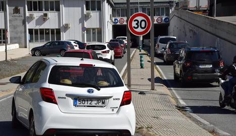Trànsit dens ahir a l'N-145 per accedir a Andorra des de la frontera de la Farga de Moles.