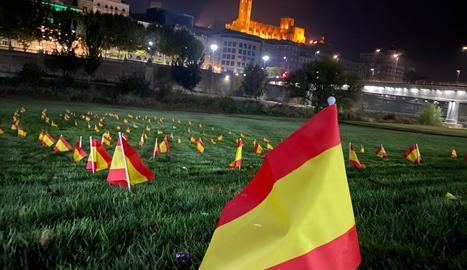 Vox planta centenars de banderes d'Espanya a Lleida