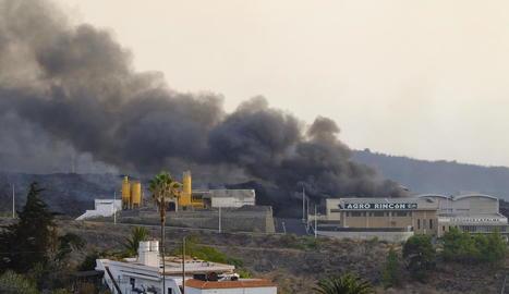 La lava del volcà de la Palma arriba a una fàbrica de ciment generant més gasos nocius.