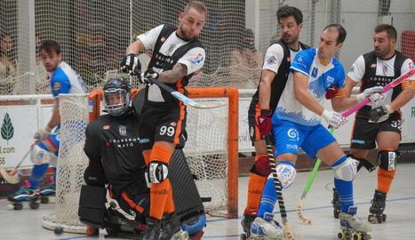 Sergi Folguera i Xavier Aldrich lluiten per una bola durant el partit d'ahir.