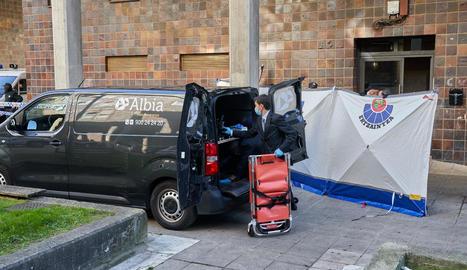 Un cotxe de la funerària, davant de l'habitatge on va succeir el crim masclista de Vitòria.