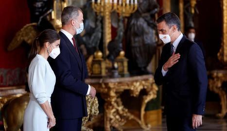 El rei Felip, la reina Letícia i el president del Govern Pedro Sánchez, durant la recepció oferta al Palau Reial.