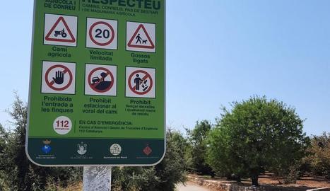 Els plafons informatius que insten a respectar l'entorn.